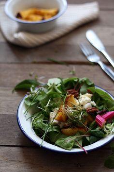Zomerse salade met gegrilde honing perziken, warme feta & pecannoten - Yellow lemon tree