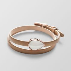 Unser klassisches Sea Glass Wickelarmband bekommt durch einen polierten Glasstein in roségoldfarbener Fassung und ein weiches, sandfarbenes Lederband ein romantisches Update.
