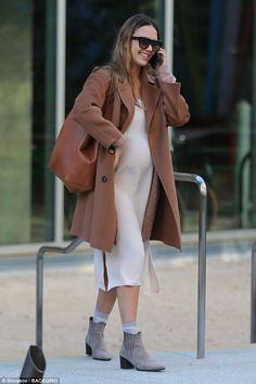 Jessica Alba wearing Cuyana Classic Structured Leather Tote in Caramel/blush, Gerard Darel Gaia Coat in Camel, Cuyana Silk Slip Dress in Blush, Etienne Aigner Terry Ankle Boots and Le Specs Subdimension Sunglasses Jessica Alba Outfit, Jessica Alba Style, Celebrity Maternity Style, Maternity Fashion, Maternity Outfits, Pregnant Jessica Alba, Taurus, Pregnant Celebrities, Modesty Fashion