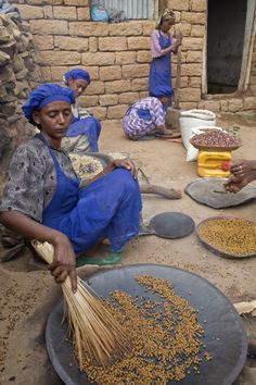 Women preparing lunch to feed the children at a local school in Ethiopia. Food Security, Sustainable Food, Free Activities, Ethiopia, Veggies, Nutrition, Lunch, Children, School
