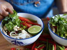 Kycklingsoppa med risnudlar och krispiga grönsaker | Recept från Köket.se