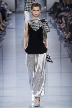 Sfilata Giorgio Armani Privé Parigi - Alta Moda Autunno-Inverno - Vogue ✫♦๏☘‿SA Dec 07 , ༺✿༻☼๏♥๏写☆☀✨ ✤ ❀‿❀ ✫❁`💖~⊱ 🌹🌸🌹⊰✿⊱♛ ✧✿✧♡~♥⛩ 💓🌸💓 ⚘☮️❋⋆☸️ ॐڿ ڰۣ(̆̃̃❤⛩✨真♣ ⊱❊⊰ 💐🌺💐✤. Haute Couture Paris, Haute Couture Style, Armani Prive, Fashion Week, Runway Fashion, Fashion Show, Womens Fashion, Fashion Design, Fashion Trends
