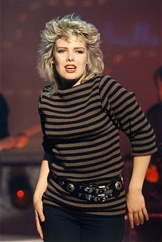 British Singer Kim Wilde Get premium, high resolution news photos at Getty Images Long Sleeve Wedding, Wedding Dress Sleeves, Bow Blouse, Short Hairstyles For Women, Celebs, Celebrities, 80s Fashion, Elvis Presley, Concert