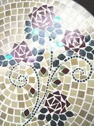 Resultado de imagen para COMO HACER MARGARITAS EN MOSAIQUISMO Mosaic Furniture, Mosaic Flowers, Mosaic Crafts, Mandala Pattern, Quilts, Blanket, Crochet, Glass, Art