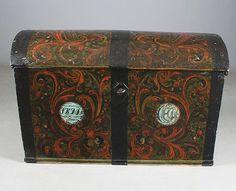 Liten rosemalt kiste. Malt av Hans Olavson Glittenberg (1788-1873) i 1844. Delvis overmalte eirinitialer og dat. L: 100 cm. Lås og nøkkel, sekundær maling innv. Prisantydning: ( 5000 - 6000) Solgt for: 6000