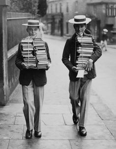 Harrow School, Start Of A New School Year In England (Photo by Keystone-France/Gamma-Keystone via Getty Images) People Reading, Love Reading, Old Pictures, Old Photos, I Love Books, Books To Read, Harrow School, 1st Day Of School, Robert Doisneau