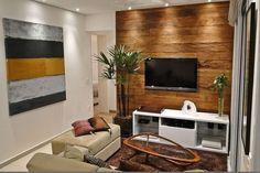 Em sala pequena o bom aproveitamento do espaço é ideal para ter beleza e conforto. O projeto de iluminção dá um up no ambiente