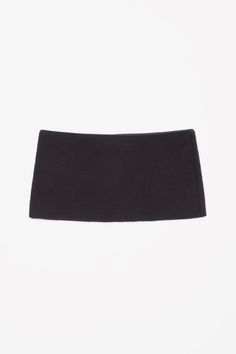A slip-on design, this choker style, high-neck scarf is made from a soft merino wool-mix with a comfortable stretch.