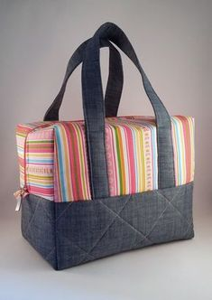 could be made with pre quilted fabric to look like a Vera Bradley - Salvabrani Pre Quilted Fabric, Quilted Bag, Bag Quilt, Handbag Tutorial, Pouch Tutorial, Bag Patterns To Sew, Patchwork Bags, Denim Bag, Fabric Bags