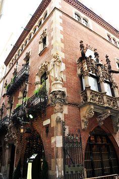 Barcelona, Els 4 Gats, ambient bohemi i cuina catalana. Gaudi, Beautiful Architecture, Architecture Details, Barcelona Architecture, Barcelona Restaurants, Spain Culture, Art Deco, Art Nouveau, Architectural Features