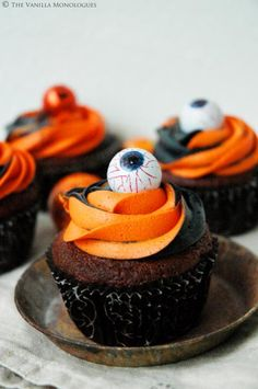 The Vanilla Monologues – Halloween Cupcakes med Tofarget Rosefrosting! Halloween Food For Party, Halloween Cupcakes, Halloween Diy, Halloween Decorations, Trick Or Treat, Frosting, Buffet, Vanilla, Sweets