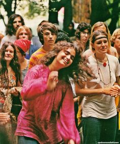 Who were the hippies? What was the inspiration for hippie fashion? Dive into the hippie movement, fashion, fesitvals and flower power. 1969 Woodstock, Woodstock Hippies, Woodstock Festival, Woodstock Music, Woodstock Photos, Hippie Man, Happy Hippie, Hippie Love, Hippie Style