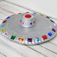 Kids will love making this flying saucer from paper plates and craft jewels!  #kidscraft #preschool