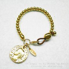 Pulsera con bolas y moneda de zamak baño dorado.  Los materiales de la pulsera los encontraras en el blog: http://unlugarenelmundobypaula.blogspot.com