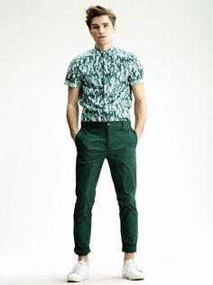 H PE 2013 (via The Fashionisto)  Le chino coloré est toujours d'actualité. Et la chemisette motif guano fleure bon le Miami des années 90.