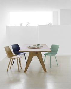 Table ALDEN by Ferdinand Kramer features V-legs and is part of e15's Ferdinand Kramer® collection of re-editions. Side chair: HOUDINI by Stefan @stefandiez. / #e15 #solidwood #oak
