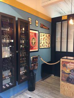 #glovesandneedles #piercing #shop #workshop #interior #deco #tradition #heritage #signpainting #kustomkulture #traditionaltattoo #tourisme #bourgogne #yonne #sens #franckfourfingers #franck4fingers Studio Piercing, Piercing Shop, Shop Front Design, Store Design, Curiosity Tattoo, Tattoo Shop Decor, Tattoo Studio Interior, Barber Shop Decor, Tattoo Kits