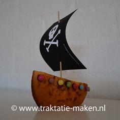 senne eierkoek met smarties..bijna gezond en heel stoer! Pirate Birthday, Pirate Party, Birthday Treats, Party Treats, Recepies For Kids, Pirate Food, Diy For Kids, Crafts For Kids, Pirate Ship Cakes
