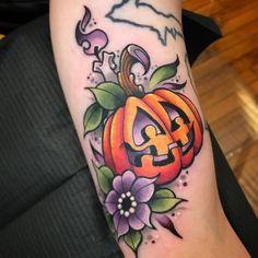 Jack O Lantern Tattoo Hot Tattoos, Pretty Tattoos, Beautiful Tattoos, Body Art Tattoos, Sleeve Tattoos, Tatoos, Pumpkin Tattoo, Autumn Tattoo, Lantern Tattoo