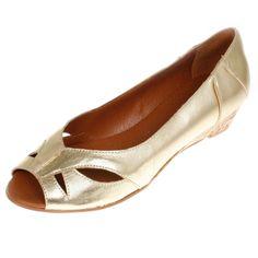 Dieses zeitlos elegante Modell Vero II von La Garconne offerieren wir in 6 klassischen Farben.Es ist sehr bequem und bietet dem Fuss einen guten Halt.Das Modell ist ganz aus Leder, es wird von einem kleinen Familienbetrieb in Spanien (Elche) hergestellt.  Er hat einen ca 3 cm hohen Absatz und trägt sich genau so chic zur Arbeit wie in der Freizeit. Elegant, Flats, Gold, Shoes, Fashion, Sevilla Spain, Paragraph, Scale Model, Leather