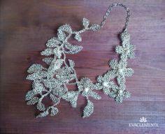 Espectacular collar para novia o fiesta, realizado a mano en hilo de plata tejida y perlas. EVACLEMENTE Diy Jewellery, Jewellery Making, Jewelry Art, 3d Printed Jewelry, Wire Crochet, Love Necklace, Chokers, Boho, Knitting