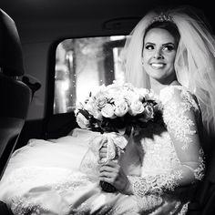"""""""Quando olho para o altar, vejo meu marido chorando! Foi o momento mais lindo e emocionante do dia"""", disse Jaqueline Gerolin sobre sua entrada na Igreja Basílica de Nossa Senhora, em São José do Rio Preto. Veja mais no site! ❤ Foto: Renato Milani #bride #noiva #casamento #wedding #yeswedding"""