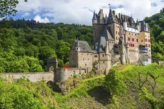 De 25 mooiste kastelen in Duitsland Burg Eltz, een van de best bewaarde Duitse kastelen, gelegen aan de Moezel.
