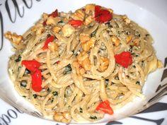 Une SUPER recette de pâtes, pour moi qui les adore. Une sauce au Gorgonzola, noix, crème, persil... servie avec des spaghettis al dente, que demande le peuple? Une partie des noix est réduite en poudre et ajoutée à la sauce, ce qui donne une texture onctueuse...