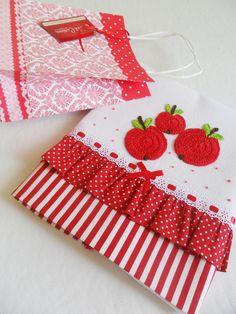 *** PANO DE PRATO com barrado listrado vermelho e babadinhos vermelho com poá branco e maças aplicadas em crochê *****    Hummm... Que delícia essas maçãzinhas... Venha fazer a feirinha em seus panos de prato, temos a escolher: pêras, uvas, cerejas, melancias, laranjas... Combine as frutinhas e p... Embroidery Applique, Embroidery Patterns, Machine Embroidery, Sewing Crafts, Sewing Projects, Projects To Try, Kitchen Linens, Kitchen Towels, Dish Towels