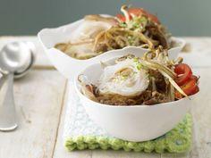 Nudelpfanne mit Sprossen und Ei: appetitliche Asia-Variante der heiß geliebten Pasta Bolognese mit clever