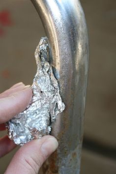 Eliminar el óxido con papel de aluminio y agua / Removing rust from metal using aluminum foil and water! It really works! Cleaning Solutions, Cleaning Hacks, Limpieza Natural, How To Remove Rust, Removing Rust, Remove Rust From Metal, How To Clean Rust, School Chairs, Clean Freak