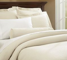 neutral bedding=change the look of your room much easier. Looks so soft I just want to jump in...