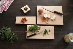 Planche à découper Couto. Bois massif frêne olivier. Edité par Cuisine O Kitchen, Olive Tree, Solid Wood, Floor, Objects, Cooking, Kitchens, Cuisine, Cucina