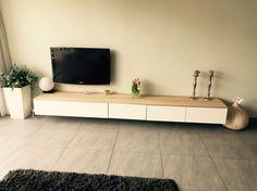 Tv meubel Ikea met eiken houten plank.