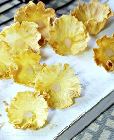 Step-by-step instructions on how to make dried pineapple flowers. Edible and healthy decoration for your cakes or cupcakes! Cooked Pineapple, Pineapple Desserts, Dried Pineapple, Pineapple Cake, Pineapple Recipes, Pineapple Flowers, Fruit Flowers, Fruit Garnish, Cake Decorating Techniques