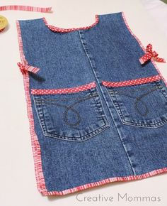 Creative Mommas: Child Jean Apron Tutorial - Best Sewing Tips Jean Crafts, Denim Crafts, Sewing Aprons, Sewing Clothes, Sewing Jeans, Jean Diy, Jean Apron, Apron Tutorial, Childrens Aprons
