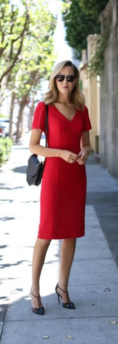 red sheath dress with split sleeves, black pointed toe heels, black handbag, sun. Red Fashion, Skirt Fashion, Loose Curls Hairstyles, Dress Hairstyles, Black Pointed Toe Heels, Classic Style Women, Wool Dress, Look Chic, Office Outfits