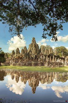 Hermosa vista delreflejo en el agua del Templo Bayon, ubicado en Siem Riep, Camboya