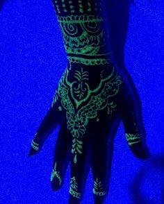 #henna #UV #tattoo #blacklight Aa Tattoos, 21st Party, Blogger Themes, Henna, Body Art, Twilight, Glow, Ink, Tatoo
