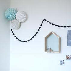 """Mi-avril """"Miluna ULTRA NUIT"""" est une décoration en papier dont la simplicité graphique apportera une touche très moderne à votre intérieur. Dans une chambre d'enfant ou le long d'un couloir, elle se fera toujours remarquée!"""