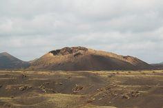 Traveling in Lanzarote - Lanzarote's volcano Canary Islands, Volcano, Sicily, Mount Rainier, Traveling, Mountains, Nature, Lanzarote, Viajes