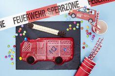 Feuerwehrauto: Der knallrote Kuchen darf auf der Feuerwehrparty nicht fehlen. Backform für den Feuerwehr Kindergeburtstag gibt es bei Tambini.de  Foto & Styling: Thordis Rüggeberg, Foodproduktion: Sarah-Christine Brandt