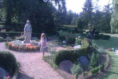 Assistens Kirkegård. Find en afkrog blandt smukke blomster, egern og fuglekvidder i trækronerne.