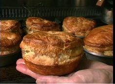 Monique en Fred, die meedoen aan Herman den Blijker`s Kookeiland, hebben een Nieuw Zeelands catering/pie-restaurant in Amsterdam. Maar wat zijn die Nieuw Zeelandse pies nu eigenlijk? Pies is het meervoud van het Engelse woord Pie uitgesproken als pai. Pies smaken in ieder geval anders dan de naam doet vermoeden. Pies zijn bijna zo oud als …