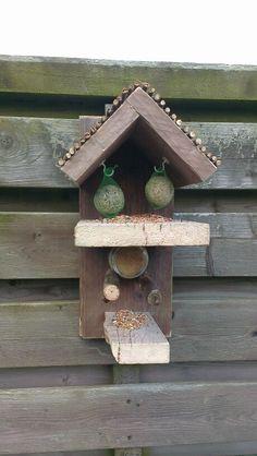 Vogelvoederhuisje van overgebleven steigerhout.