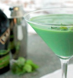 St. Patty's Day libations aren't exclusive to whiskey and beer—try a lip-smacking good mint shamrock martini! - Everyday Dishes & DIY