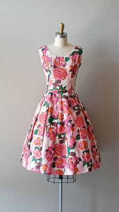 stunning vintage 1950s, early 1960s bold and bright floral print dress in ultra soft brushed cotton. wide neckline, nipped and piping trimmed waist, low back, full box pleated skirt and metal back zipper. ✂-----Measurements fits like: xs bust: 32 waist: 25 hip: free length: 40 brand/maker: n/a condition: excellent to ensure a good fit, please read the sizing guide: http://www.etsy.com/shop/DearGolden/policy ✩ more vintage dresses ✩ http://www.etsy.com/shop/DearGolden?section_...