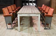 oude lange houten tafel met laden