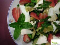 Ensalada con aguacate, fresas y queso fresco
