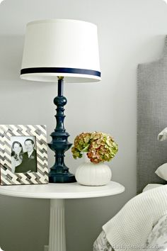 Brass lamp makeover with glossy navy blue paint - by Thrifty Decor Chick Spray Paint Lamps, Blue Spray Paint, Painting Lamps, Spray Painting, Lamp Redo, Lamp Makeover, Hide Electrical Cords, Hide Wires, Painted Furniture